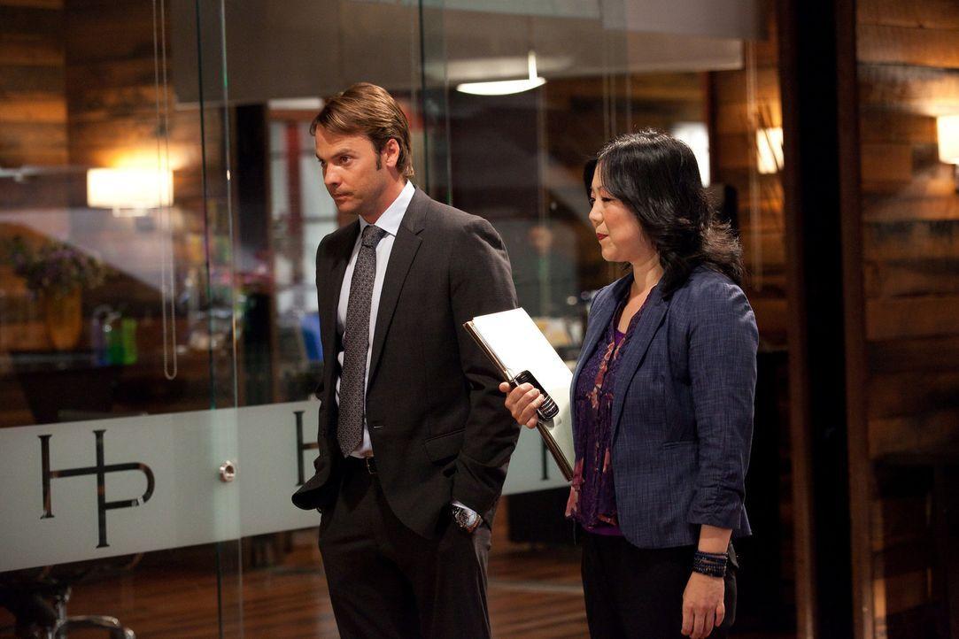 Während Fred weiterhin versucht Stacy für sich zu gewinnen, erscheint Evan (Barry Watson, l.) in der Kanzlei und überrascht Jane, Grayson und Ter... - Bildquelle: 2009 Sony Pictures Television Inc. All Rights Reserved.