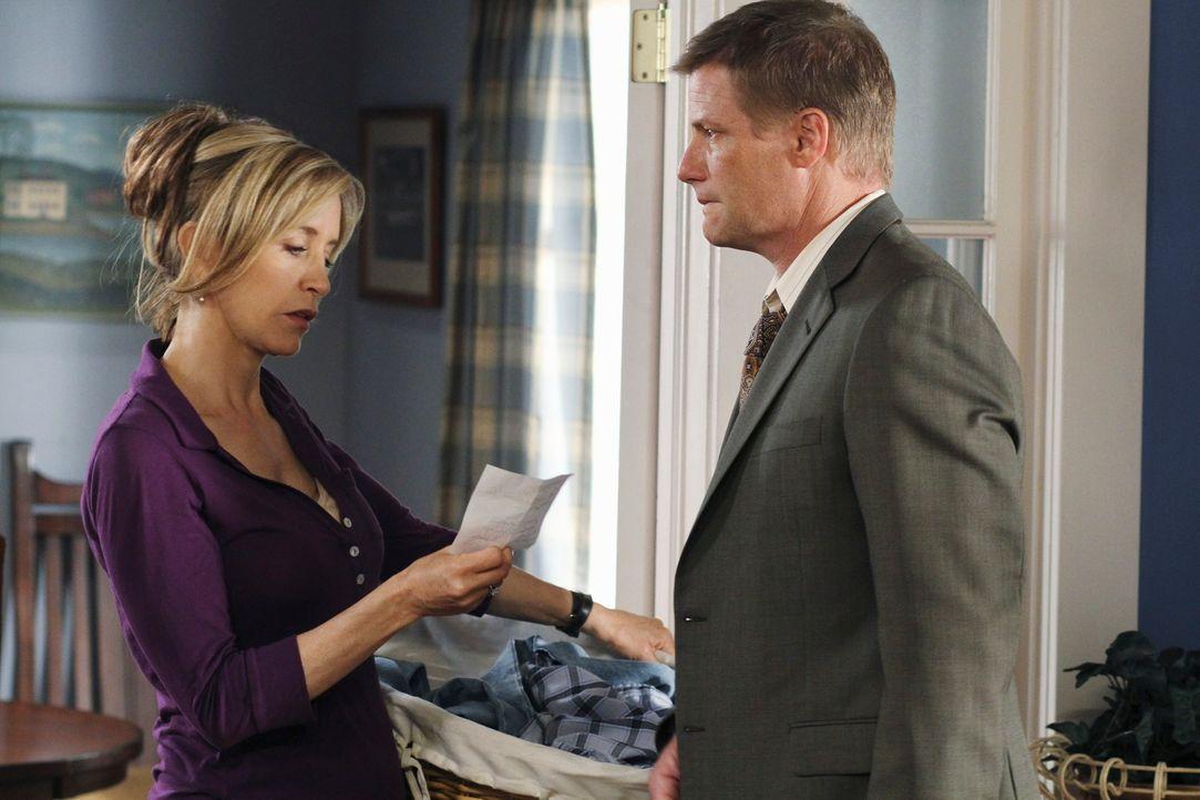 Lynette (Felicity Huffman, l.) fassungslos als sie hört, mit welchen Mitteln Toms (Doug Savant, r.) Arzt dessen Depressionen bekämpfen will ... - Bildquelle: ABC Studios