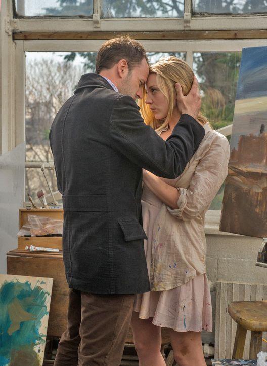 Als plötzlich Irene (Natalie Dormer, r.) auftaucht, verändert das das Leben von Sherlock Holmes (Jonny Lee Miller, l.) schlagartig ... - Bildquelle: CBS Television