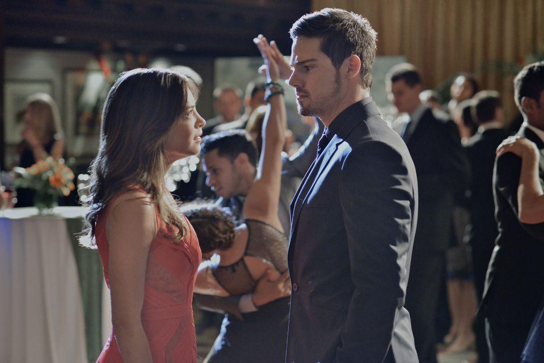 Kommen sich Vincent (Jay Ryan, r.) und Catherine (Kristin Kreuk, l.) wieder näher? - Bildquelle: 2013 The CW Network, LLC. All rights reserved.