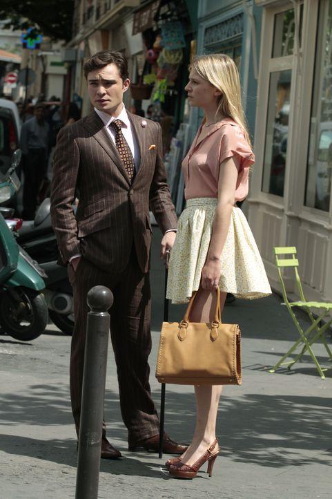 Chuck (Ed Westwick, l.) ist mit Eva (Clemence Poesy, r.), in Paris und fängt an sich ein neues Leben aufzubauen - mit ehrlicher Arbeit als Kellner .... - Bildquelle: Warner Brothers