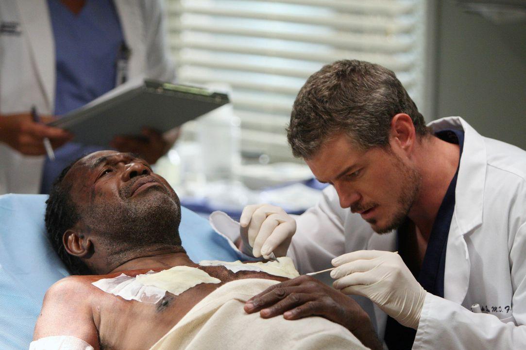 Archie (Ben Vereen, l.) wurde bei der Hausexplosion schwer verletzt. Mark (Eric Dane, r.) kümmert sich um ihn ... - Bildquelle: Touchstone Television