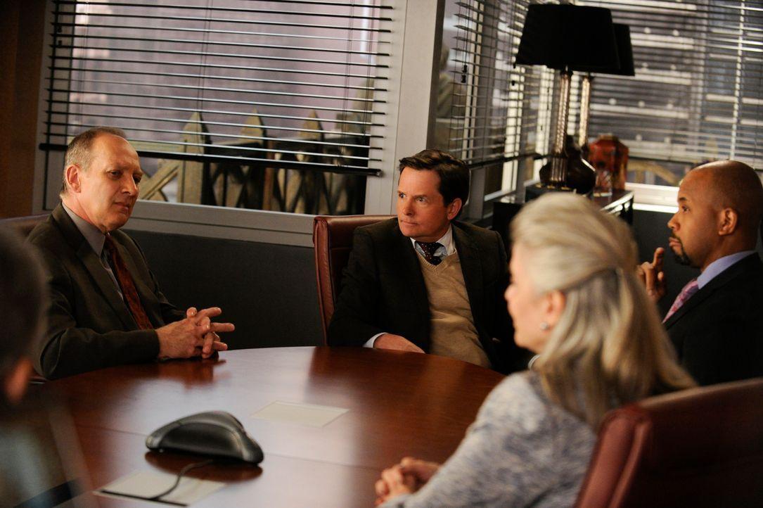 David Lee (Zach Grenier, l.) ist froh, das neues Mitglied in der Kanzlei Lockhart/Gardner begrüßen zu dürfen: Louise Canning (Michael J. Fox, M.) ..... - Bildquelle: Jeffrey Neira 2014 CBS Broadcasting, Inc. All Rights Reserved
