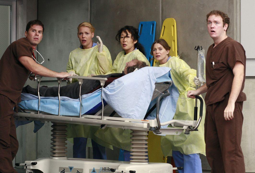 Während zwei Sanitäter einen Patienten an Izzie (Katherine Heigl, l.), Cristina (Sandra Oh, M.) und Meredith (Ellen Pompeo, r.) übergeben, rast ein... - Bildquelle: Touchstone Television