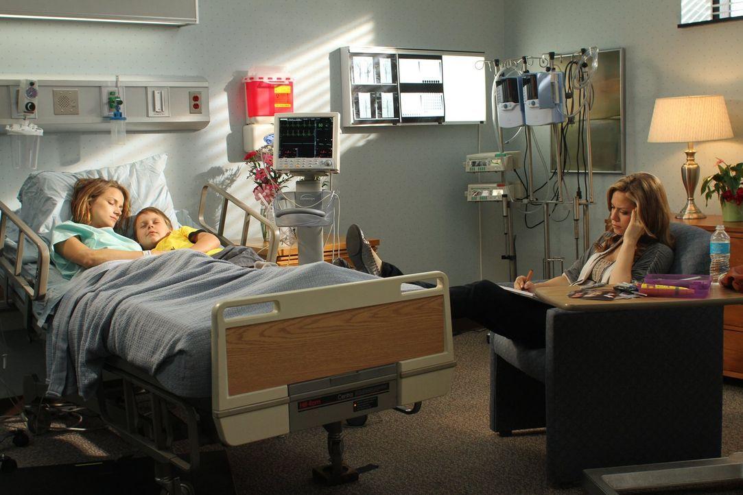 James (Jackson Brundage, M.) und Haley (Bethany Joy Lenz, r.) sind überglücklich, dass Quinn (Shantel VanSanten, l.) die Augen wieder geöffnet hat,... - Bildquelle: Warner Bros. Pictures