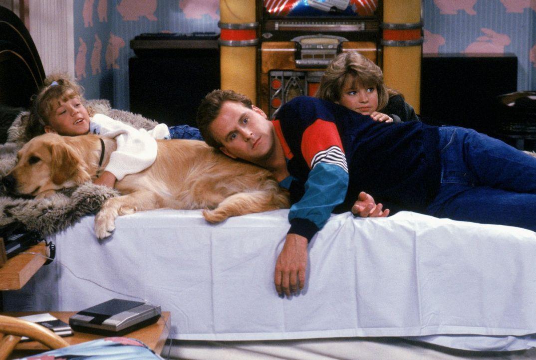 Stephanie (Jodie Sweetin, l.), Joey (Dave Coulier, M.) und D.J. (Candace Cameron, r.) ahnen noch nicht, warum sich die Hündin bei Jesse im Bett eing... - Bildquelle: Warner Brothers Inc.