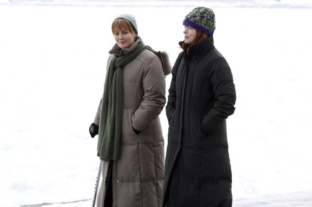 Kerry (Laura Innes, l.) ist erfreut, Helen (Frances Fisher, r.) endlich kennen zu lernen, doch als sie der streng gläubigen Frau mitteilt, dass sie... - Bildquelle: WARNER BROS