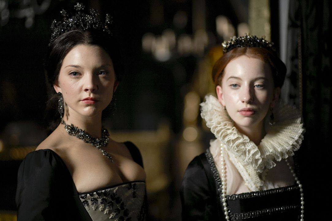Kurz vor seinem Ableben begegnen dem Monarchen noch einmal die Geister seiner Ehefrauen und Kinder: Königin Anne Boleyn (Natalie Dormer, l.) und La... - Bildquelle: 2010 TM Productions Limited/PA Tudors Inc. An Ireland-Canada Co-Production. All Rights Reserved.
