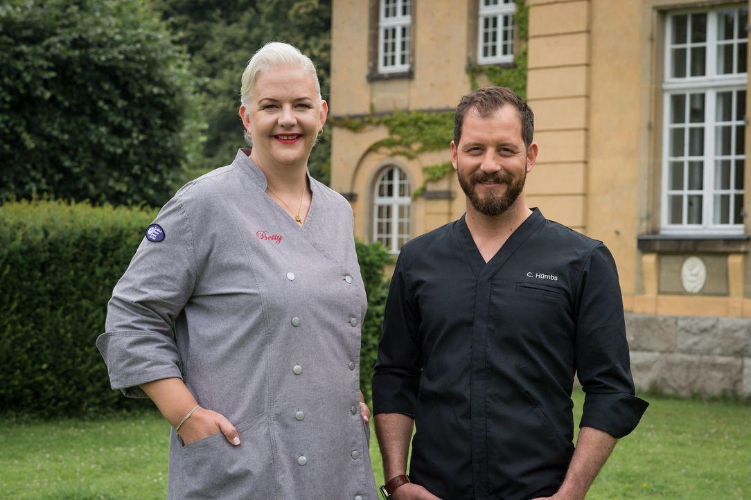 """""""Das große Backen"""" mit den Juroren Christian Hümbs (r.) und Betty Schliephake-Burchardt (l.) ... - Bildquelle: Claudius Pflug SAT.1"""