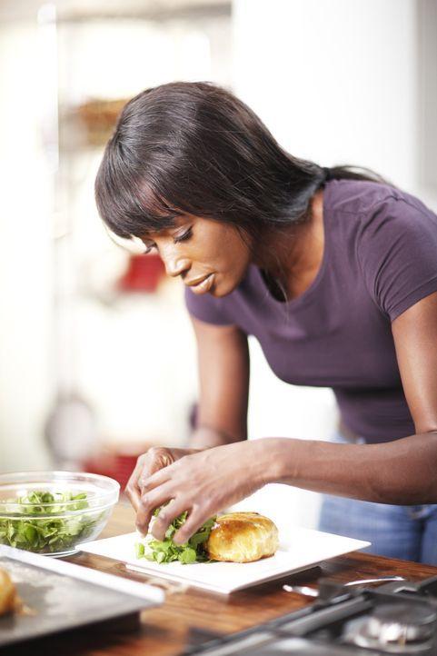 Mit verschiedenen Tricks, Techniken und auch kleinen Schwindeleien schafft es Lorraine Pascale immer wieder, Gerichte mit dem gewissen Etwas zu koch... - Bildquelle: Myles New