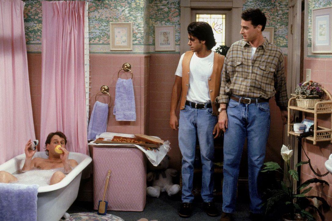 Langsam wird das Haus etwas eng, aber werden Joey (Dave Coulier, l.), Jesse (John Stamos, M.) und Danny (Bob Saget, r.) wirklich umziehen? - Bildquelle: Warner Brothers Inc.