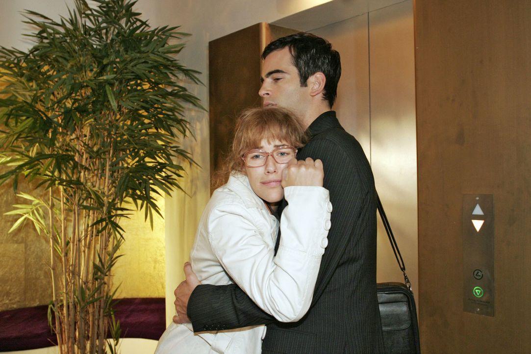 David (Mathis Künzler, r.) trifft Lisa (Alexandra Neldel, l.) nach ihrem Arztbesuch in einem äußerst desolaten Zustand an ... (Dieses Foto von Alexa... - Bildquelle: Noreen Flynn SAT.1 / Noreen Flynn