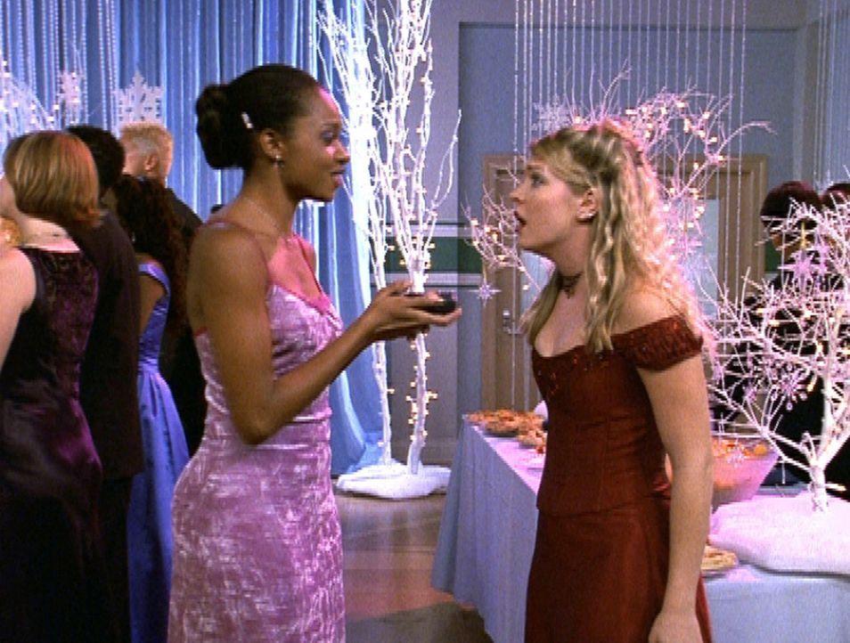 Sabrina (Melissa Joan Hart, r.) bittet Dreama (China Jesusita Shavers, l.), sie den ganzen Abend mit einer magischen Kamera zu fotografieren ... - Bildquelle: Paramount Pictures