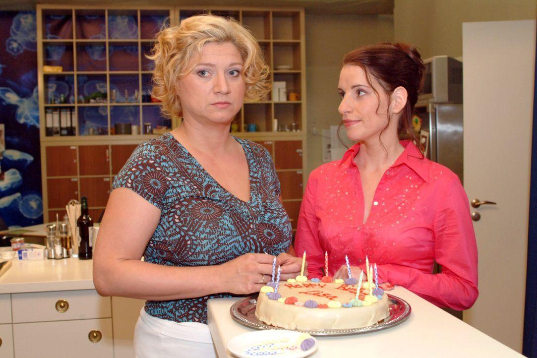 Betrübt stellt Inka (Stefanie Höner, r.) fest, dass Agnes (Susanne Szell, l.) nicht aufzuheitern ist - nicht einmal beim Geburtsständchen für Lisa m... - Bildquelle: Monika Schürle SAT.1 / Monika Schürle