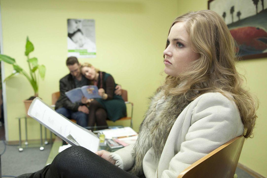 Caro (Sonja Bertram) bekommt einen neuen Termin für die Abtreibung. Der Eingriff kann noch am selben Tag vorgenommen werden. Sie geht in die Klinik... - Bildquelle: SAT.1