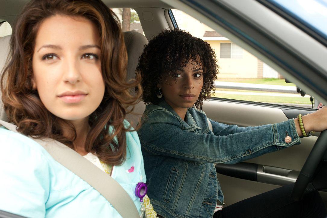 Bobbie muss sich mit einem Rassisten herumärgern, der an Unterbauchschmerzen leidet, während Kelly (Vanessa Lengies, l.) Camille (Hannah Hodson, r... - Bildquelle: Sony 2009 CPT Holdings, Inc. All Rights Reserved