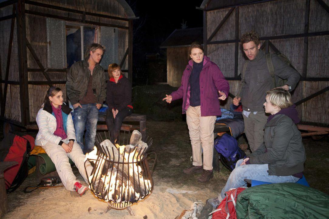 Während Gabriele John überzeugt, doch noch nach Ben und Bea zu suchen, freuen sich die Schüler auf einen Abend ohne Aufsicht. (v.l.n.r.) Caro (So... - Bildquelle: SAT.1