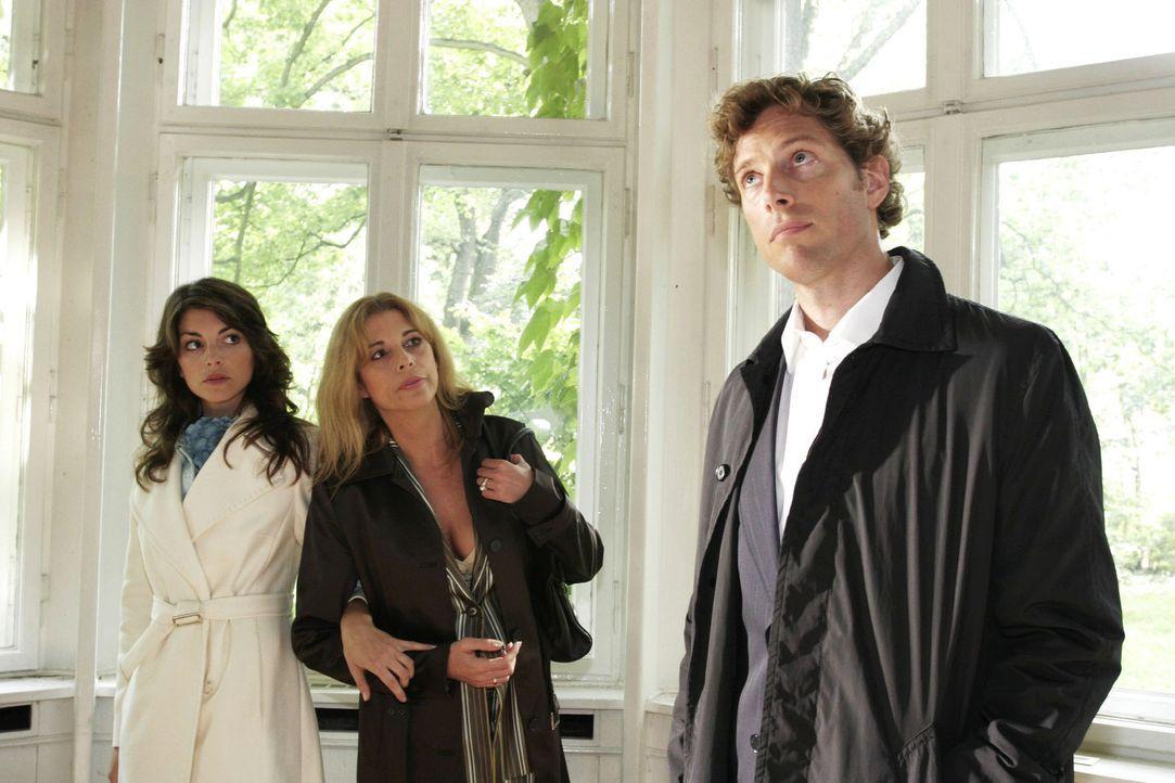 Mariella (Bianca Hein, l.) ist überrascht, als sie bei einer Besichtigung mit Laura (Olivia Pascal, M.) plötzlich Lars (Clayton M. Nemrow, r.) wie... - Bildquelle: Noreen Flynn Sat.1