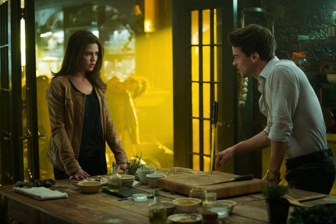 Nachdem Davina (Danielle Campbell, l.) erfahren hat, was Lucien (Andrew Lees, r.) Cami angetan hat, stattet sie ihm einen Besuch ab - mit unerwartet... - Bildquelle: Warner Bros. Entertainment, Inc.