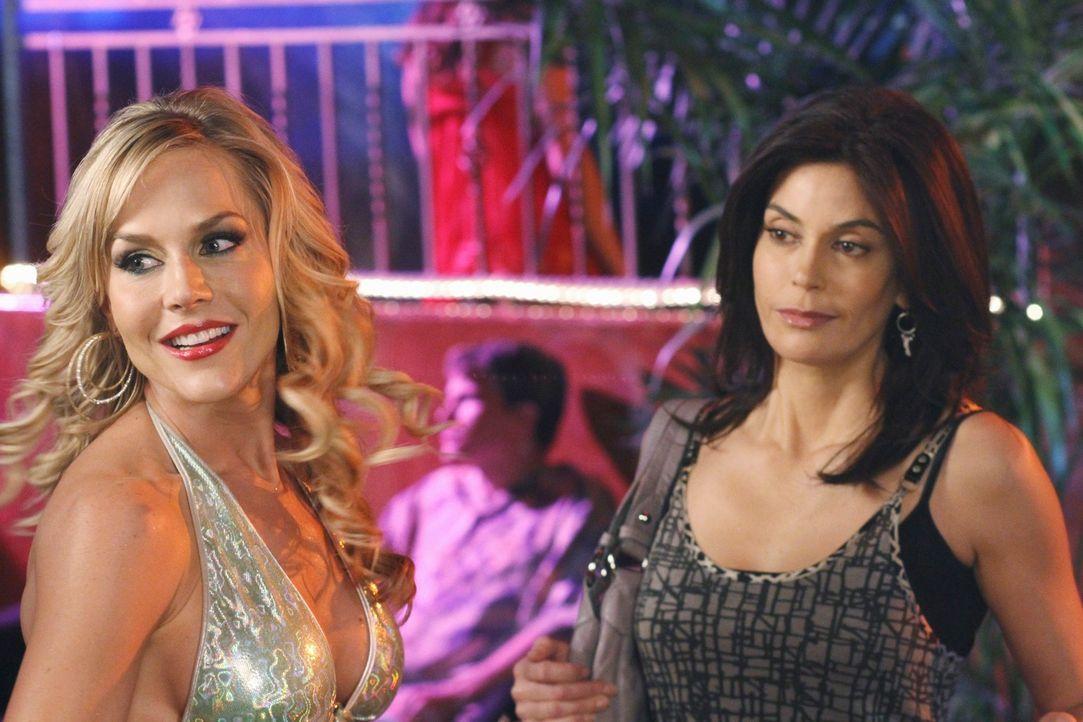 Susan (Teri Hatcher, r.) freundet sich mit Robin (Julie Benz, l.), einer Stripperin, an, während Bree Angst hat, dass sich Orson das Leben nehmen mö... - Bildquelle: ABC Studios