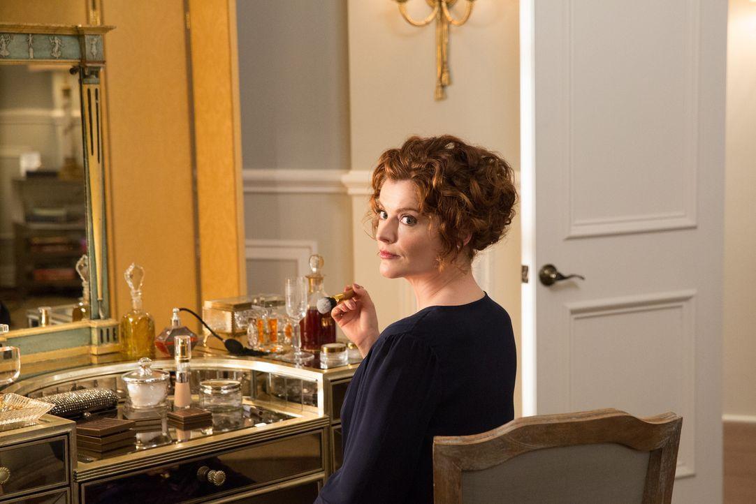Während Marisol einige Geheimnisse von ihrer neuen Haushälterin erfährt, gibt Evelyn (Rebecca Wisocky) ihre wertvolle Halskette nicht auf ... - Bildquelle: 2014 ABC Studios