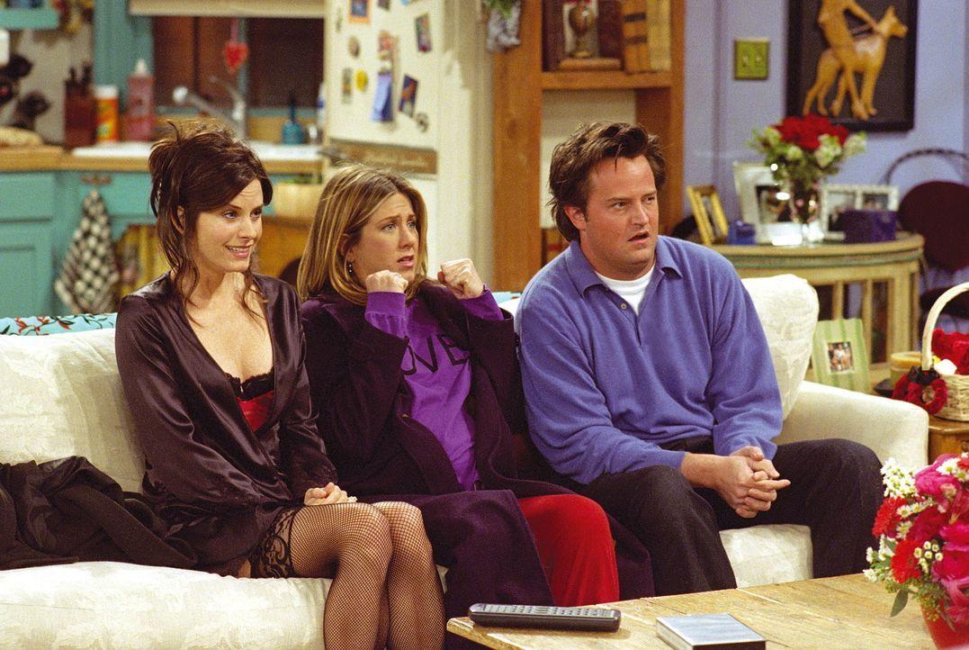 Monica (Courteney Cox Arquette, l.), Rachel (Jennifer Aniston) und Chandler (Matthew Perry) sehen sich ein Geburtsvideo an. - Bildquelle: TM+  WARNER BROS.
