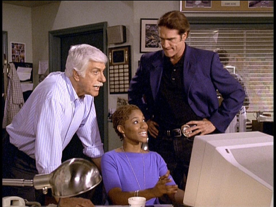Steve (Barry Van Dyke, r.) und seine Kollegin Sandra können Marks (Dick Van Dyke, l.) Verdacht mit Hilfe der Computertechnik bestätigen. - Bildquelle: Viacom