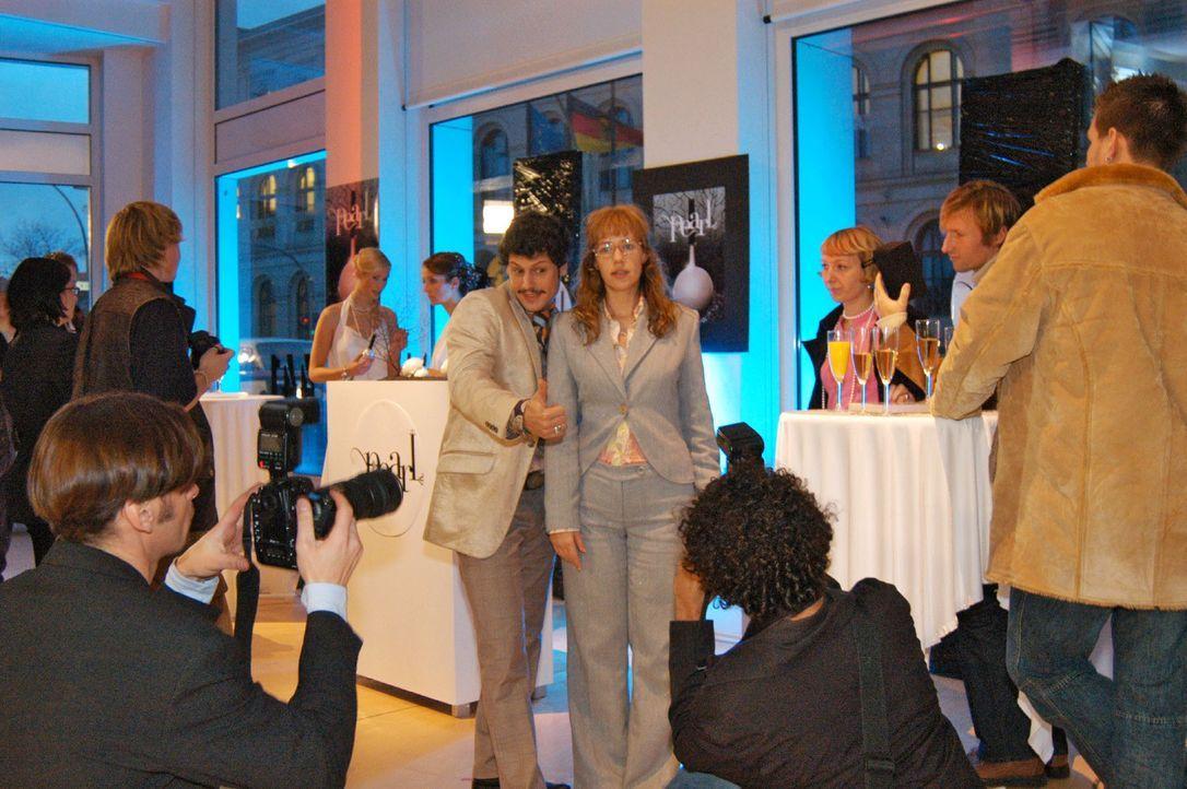 Die Parfumpräsentation ist in vollem Gange: Rokko (Manuel Cortez, l.) und Lisa (Alexandra Neldel, r.) lassen sich fotografieren. (Dieses Foto von Al... - Bildquelle: Monika Schürle SAT.1 / Monika Schürle