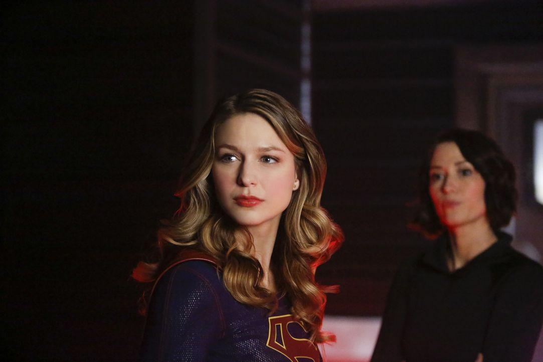 Als Armek National City überfällt, um M'gann zurück nach Mars zu holen, versuchen Supergirl (Melissa Benoist, l.) und ihre Schwester Alex (Chyler Le... - Bildquelle: 2016 Warner Brothers