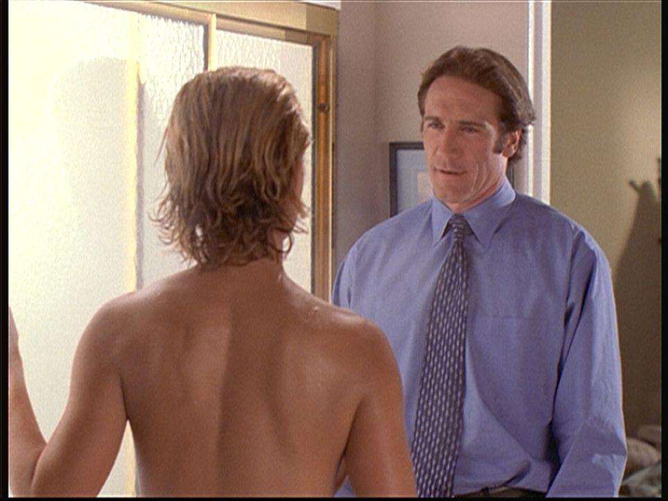 Steve (Barry Van Dyke, r.), der bei seiner Undercover-Aktion den Ehemann von Shelby Turner (Shawn Huff, l.) spielt, findet schon bald Gefallen an de... - Bildquelle: Viacom