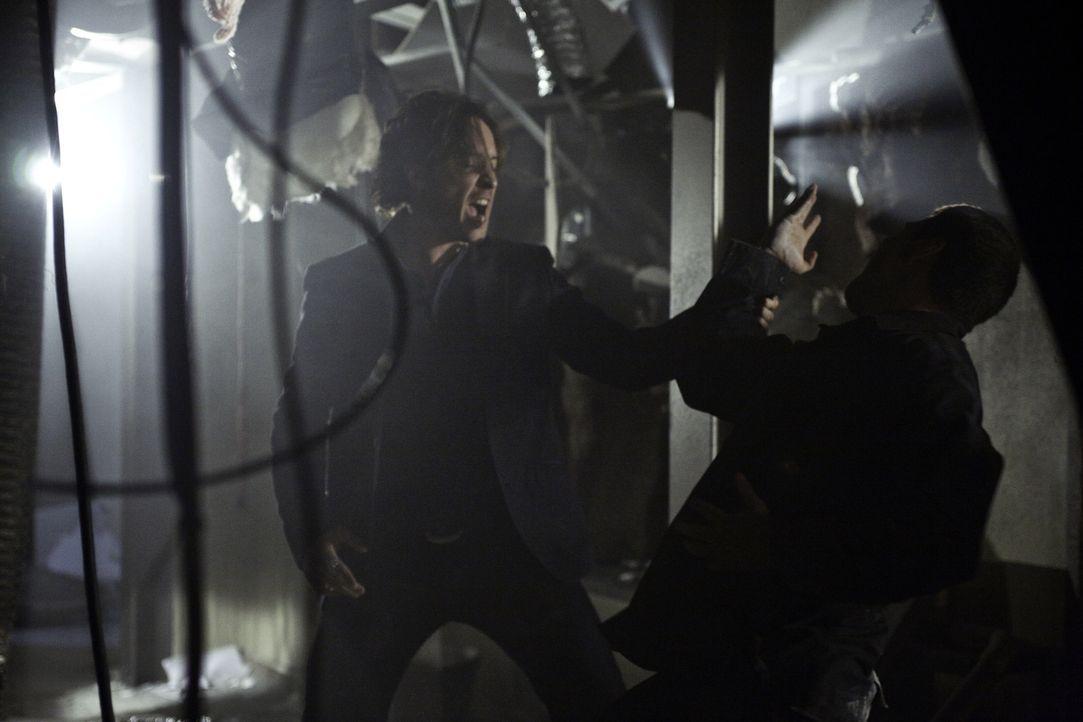 Ein Kampf zwischen Gut und Böse: Mick (Alex O'Loughlin, l.) und der Auftragskiller Ralf Martan (Nick Taraby, r.) ... - Bildquelle: Warner Brothers