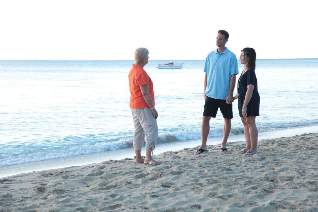 Lee (m.) und Lana (r.) wollen ihr Leben ändern und nach St. Croix ziehen, doch vorher müssen sie die passende Immobilie finden. Kann Maklerin Kim Lu... - Bildquelle: 2014, HGTV/Scripps Networks, LLC. All Rights Reserved.