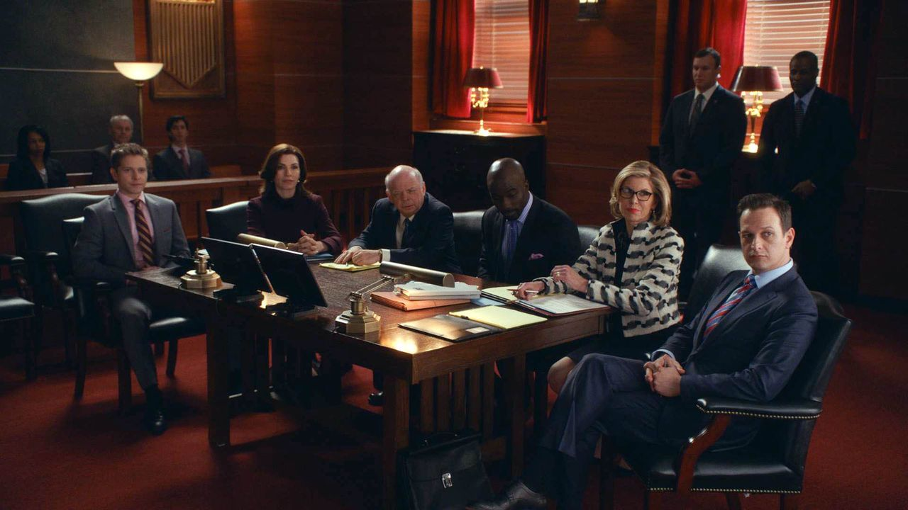 Als der Klient Lemond Bishop (Mike Colter, 3.v.r.) plötzlich verhaftet wird, suchen Cary (Matt Czuchry, l.), Alicia (Julianna Margulies, 2.v.l.), Ch... - Bildquelle: 2014 CBS Broadcasting, Inc. All Rights Reserved