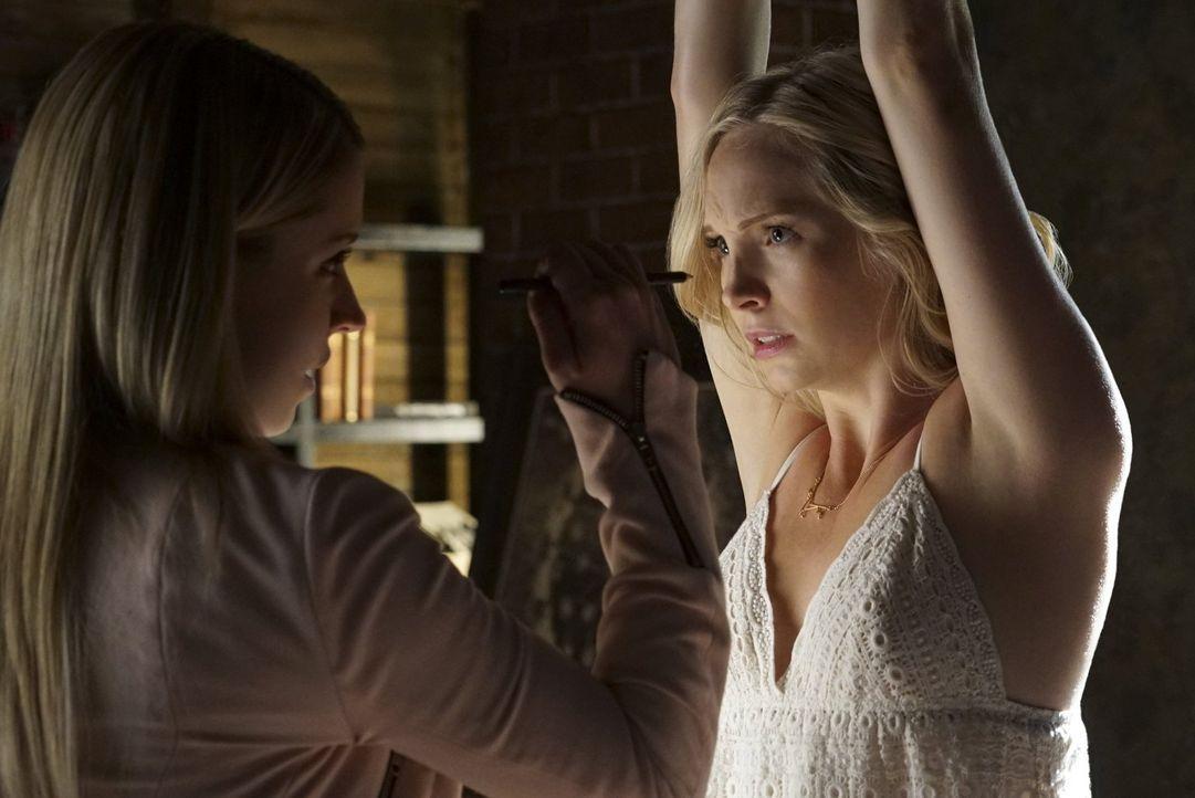 Caroline (Candice King, r.) wird zum Spielball zwischen Mary Louise (Teressa Liane, l.) und den Salvatore Brüdern ... - Bildquelle: Warner Bros. Entertainment, Inc.