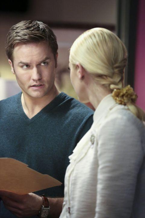 Lemons (Jaime King, r.) Verzweiflung ist so groß, dass sie sich sogar an George (Scott Porter, l.) wendet ... - Bildquelle: Warner Bros.