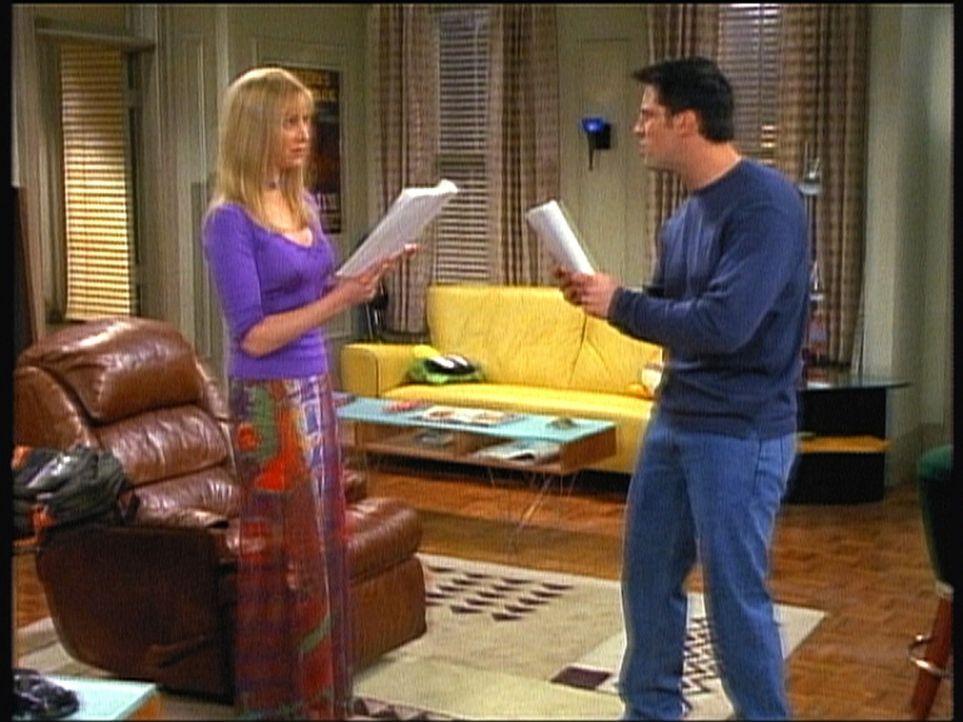 Unterstützt von Phoebe (Lisa Kudrow, l.) lernt Joey (Matt LeBlanc, r.) den Text für eine Serienrolle. - Bildquelle: TM+  2000 WARNER BROS.