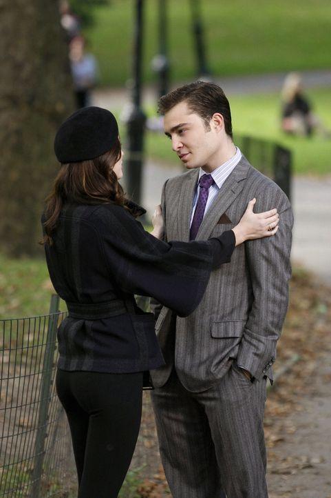 Blair (Leighton Meester, l.) erzählt Chuck (Ed Westwick, r.) von ihrem Plan, die Studenten der Elite-Schauspieluni Tisch School of the Arts auf ihre... - Bildquelle: Warner Brothers