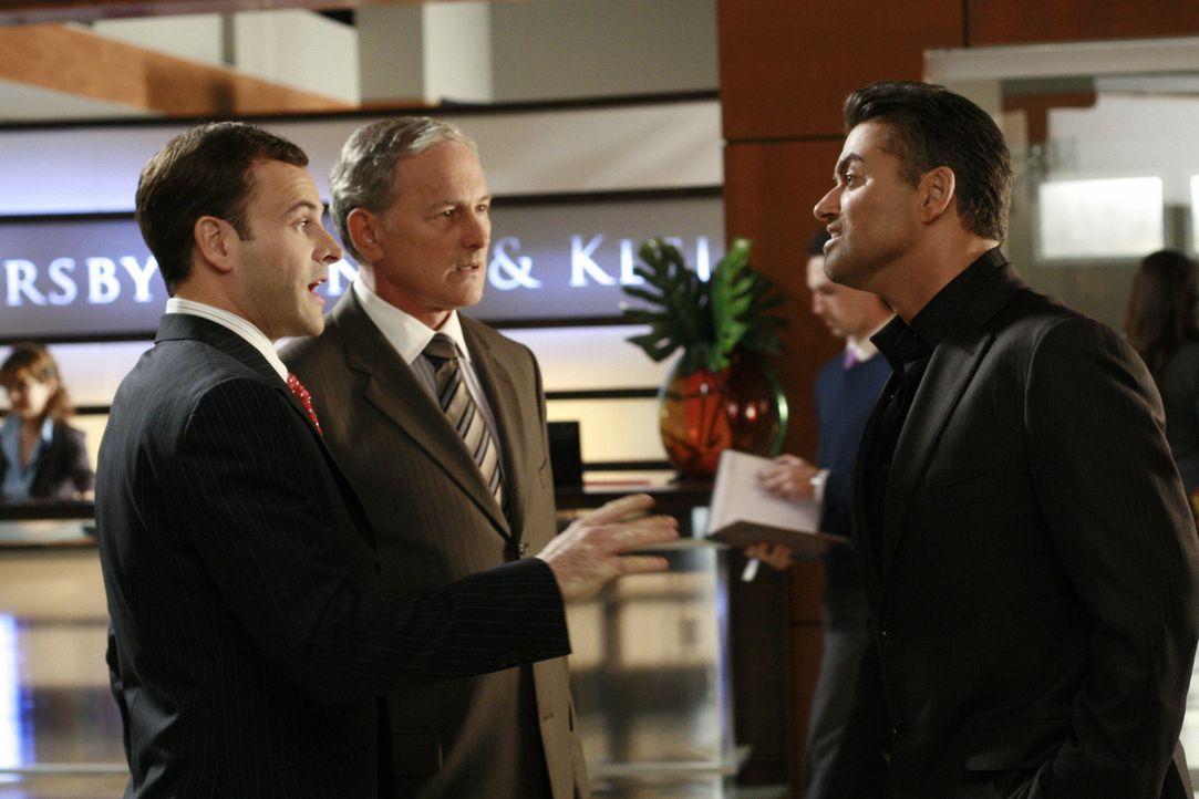 Eli (Jonny Lee Miller, l.) und Jordan (Victor Garber, 2.v.l.) vertreten George Michael (r.) vor Gericht, was natürlich für helle Aufregung sorgt ... - Bildquelle: Disney - ABC International Television