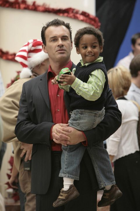 Während Sean im Einkaufszentrum als Weihnachtsmann fungiert, bekommt Christian (Julian McMahon, l.) überraschenden Besuch von Wilber (Joshua Henry... - Bildquelle: TM and   2004 Warner Bros. Entertainment Inc. All Rights Reserved.
