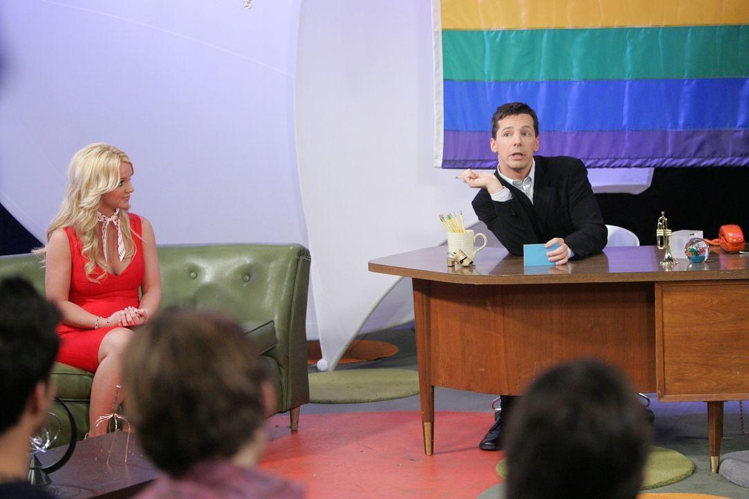 Während Grace mit ihrer Schwangerschaft zu kämpfen hat, bekommt Jack (Sean Hayes, r.) eine neue Co-Moderatorin (Britney Spears, l.) vor die Nase ges... - Bildquelle: Chris Haston NBC Productions