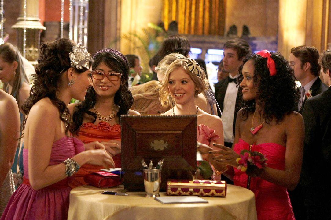 So intrigant wie ihre Anführerin - Penelope (Amanda Setton, l.), Nelly (Yin Chang, 2.v.l.), Hazel (Dreama Walker, 2.v.r.)  und Isabel (Nicole Fiscel... - Bildquelle: Warner Brothers