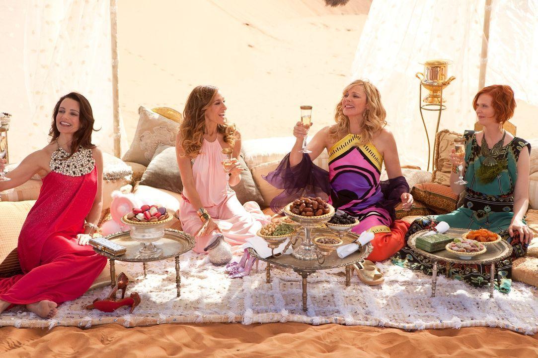 Auf einer Premierenfeier lernt Samantha (Kim Cattrall, 2.v.r.) einen arabischen Scheich kennen, der sich wünscht, dass sie die PR für sein neues H... - Bildquelle: Warner Brothers