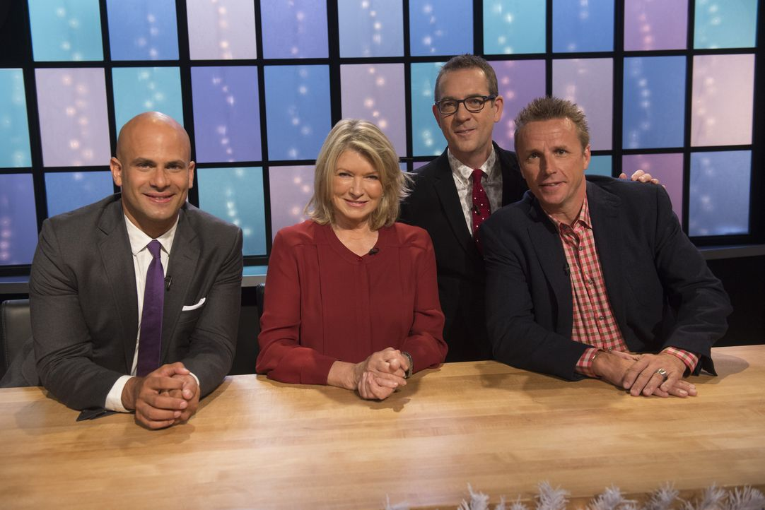 Küchenchefs Sam Kass (l.), Marc Murphy (r.) und Feinschmeckerin Martha Stewart (2.v.l.) freuen sich auf die Verkostung des Holiday-Meals der Junior-... - Bildquelle: Scott Gries 2015, Television Food Network, G.P. All Rights Reserved