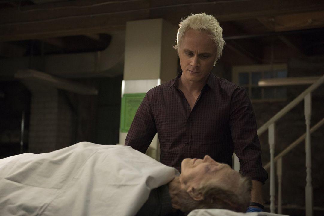 Während sich Blaine (David Anders) den Anweisungen seines Vaters beugen muss, hat Liv gegen die Spielsucht des ehemaligen Besitzers ihres Frühstücks... - Bildquelle: 2014 Warner Brothers