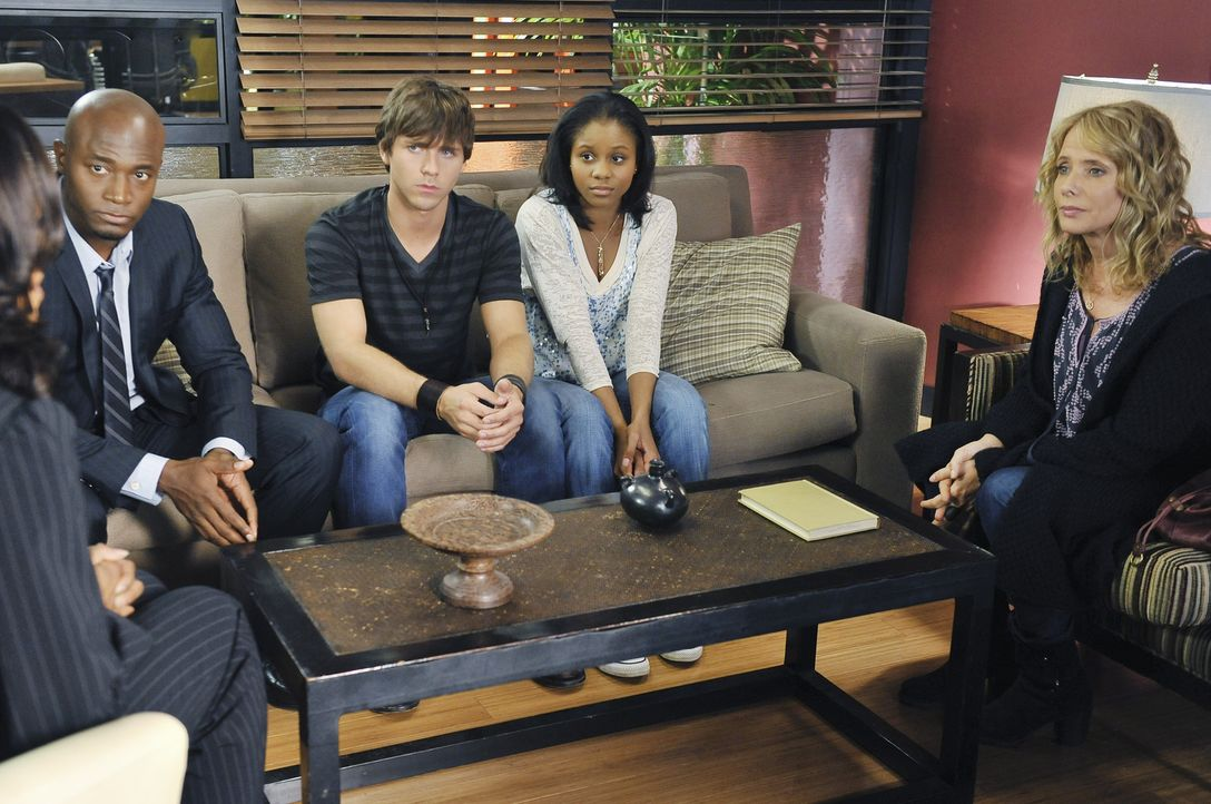 Dink (Stephen Lunsford, M.) und Maya (Geffri Maya, 2.v.r.) wollen heiraten. Gemeinsam mit Dinks Mutter Corinne (Rosanna Arquette, r.) entscheidet Sa... - Bildquelle: ABC Studios