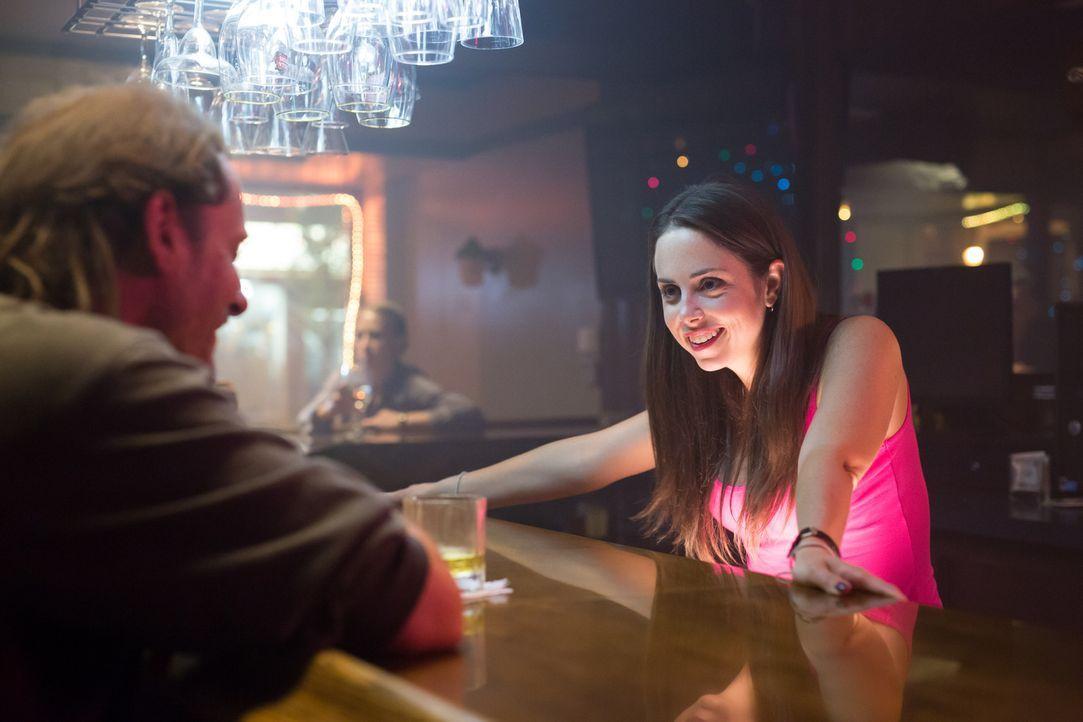 Um endlich das Geld für ihren Umzug nach Nashville zusammen zu bekommen, nimmt Amy einen Job bei Jimmy an und begibt sich damit in die Höhle des Löw... - Bildquelle: Darren Goldstein Cineflix 2014