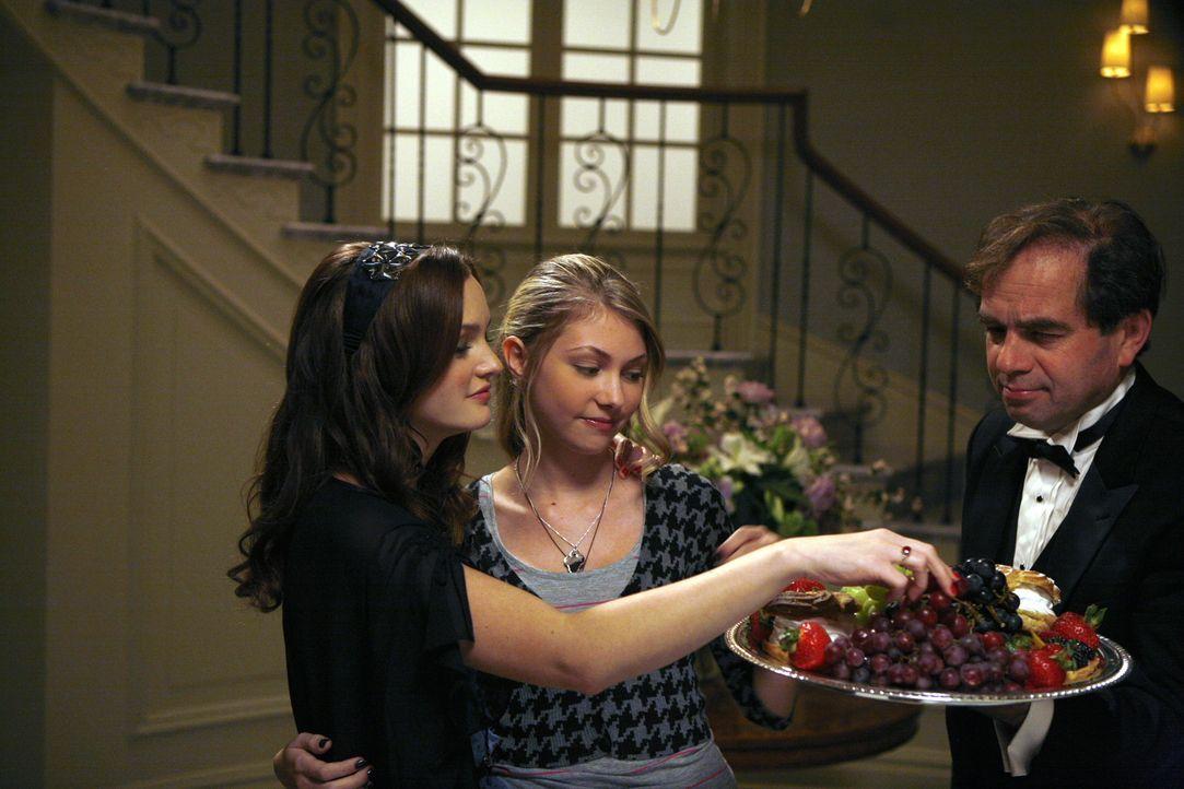 Blair (Leighton Meester, l.) meint es mit Jenny (Taylor Momsen, M.) nicht ehrlich. Sie lädt das Mädchen nur zu ihrer Party ein, weil Serena ausfällt... - Bildquelle: Warner Brothers