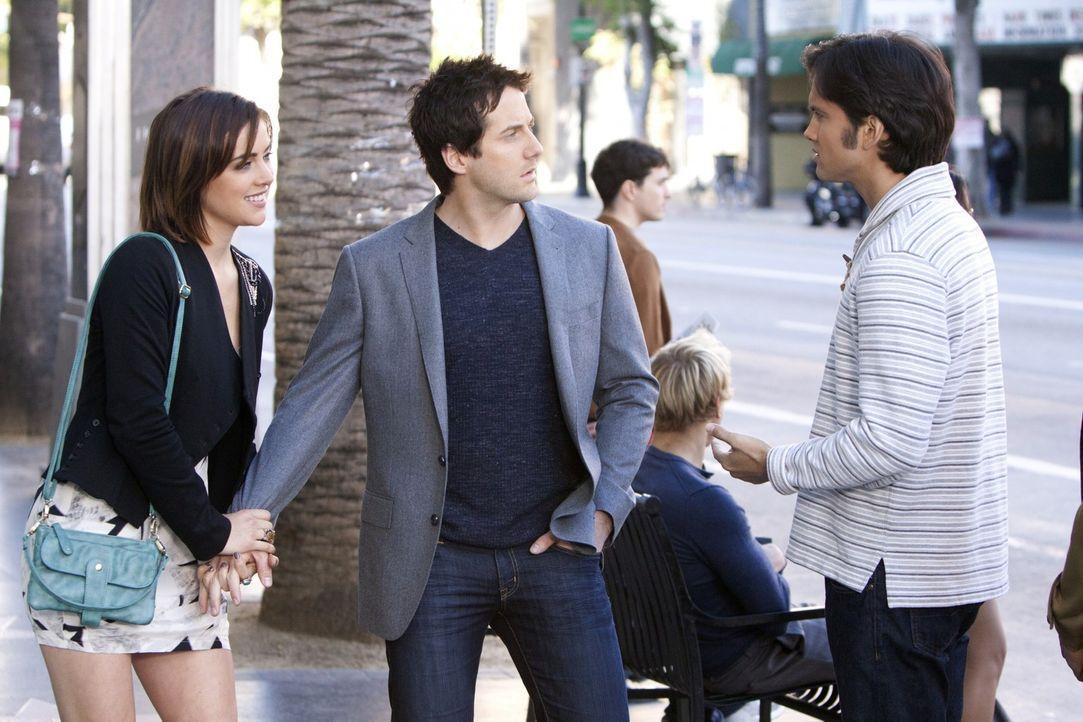 Navid Shirazi (Michael Steger, r.) möchte sich mit Erin Silver (Jessica Stroup, l.) aussprechen und bekommt durch Zufall mit, dass Greg (Niall Matt... - Bildquelle: 2011 The CW Network. All Rights Reserved.