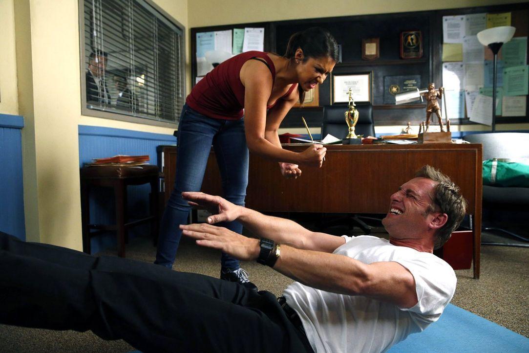 Was ist nur mit Jake (Josh Lucas, vorne) und Meredith (Janina Gavankar, hinten) los? - Bildquelle: Warner Bros. Entertainment, Inc.