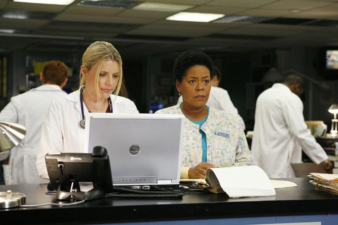 Nachdem Weaver allen mitgeteilt hat, dass sie gehen wird, sind Hope (Busy Philipps, l.) und Haleh (Yvette Freeman, r.) entsetzt ... - Bildquelle: Warner Bros. Television